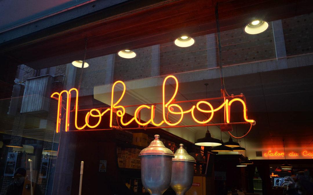 Tradiční kavárna ve stínu globálního korporátu